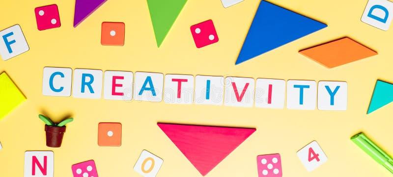 Creatividad con el juguete y objetos para el concepto de la educación del niño en fondo amarillo imagenes de archivo