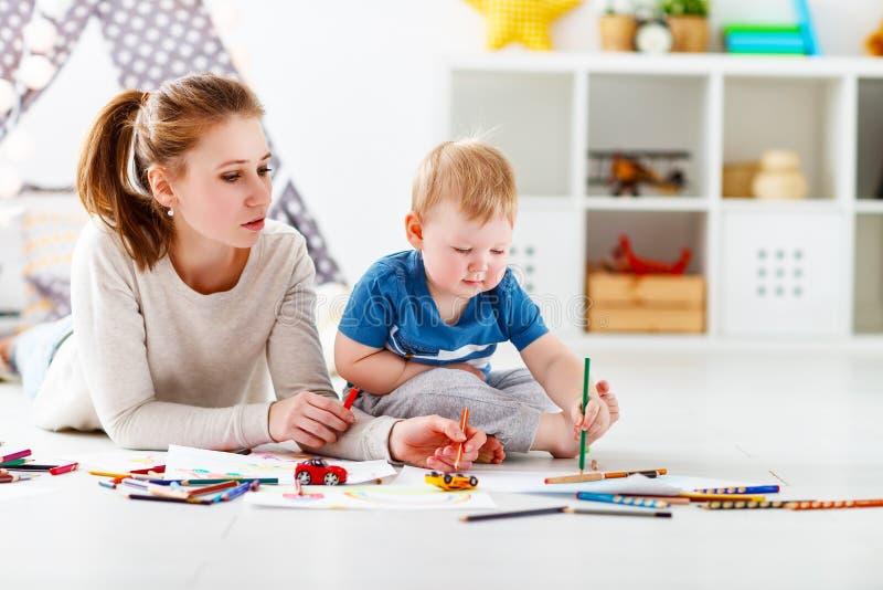 Creatività dei bambini figlio del bambino e della madre che riunisce immagine stock