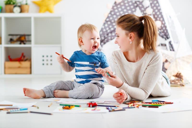 Creatività dei bambini figlio del bambino e della madre che riunisce fotografia stock libera da diritti