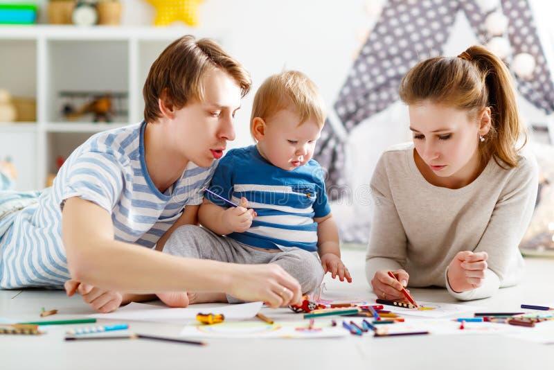 Creatività del ` s dei bambini tiraggio felice del padre e del figlio della madre della famiglia fotografia stock