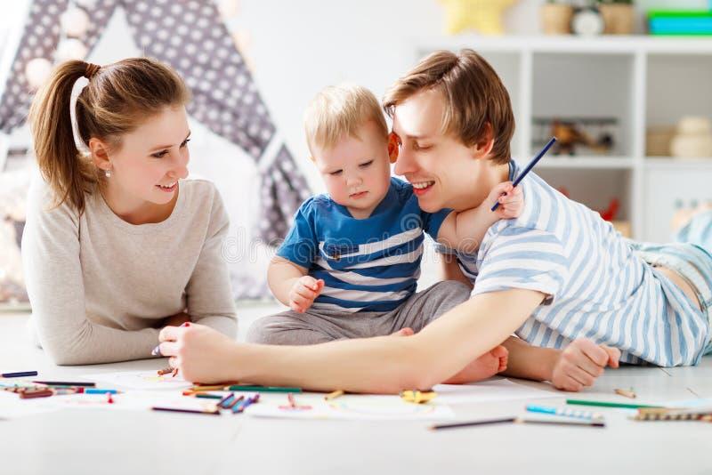Creatività del ` s dei bambini tiraggio felice del padre e del figlio della madre della famiglia immagini stock