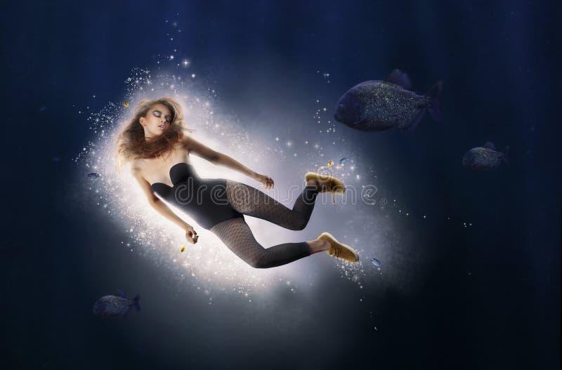 creativiteit fantasie De vrouw duikt in Water stock afbeelding