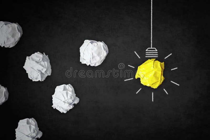 Creativiteitconcept - inspiratie gloeilamp en verfrommelde documenten royalty-vrije stock fotografie