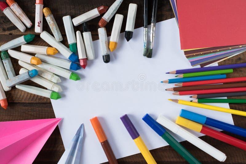 Creativiteitconcept - kleur potlood, kleurpotlood, watercolour, verfborstel, kleurrijk document en Witboek voor exemplaarruimte royalty-vrije stock afbeeldingen