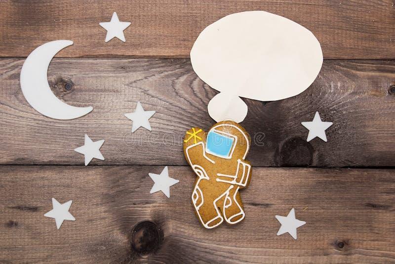 Creativo en un astronauta del pensamiento del tema imagen de archivo libre de regalías
