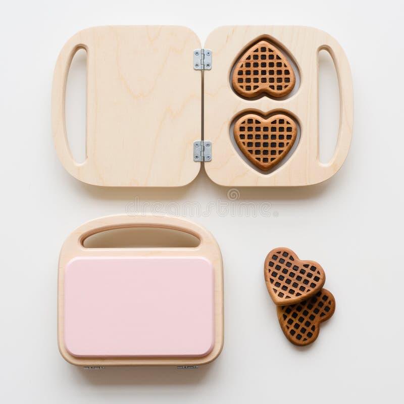 Creatori della cialda e cialde di legno del cioccolato Giocattoli di Waldorf su fondo bianco fotografie stock