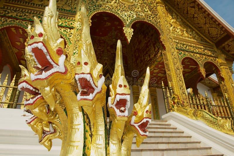Creature misteriose del naga che proteggono tempio buddista al complesso di Kham Royal Palace del biancospino in Luang Prabang, L immagini stock libere da diritti