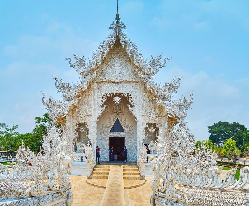 Creature mitiche in decorazione del tempio bianco, Chiang Rai, Tailandia fotografia stock libera da diritti