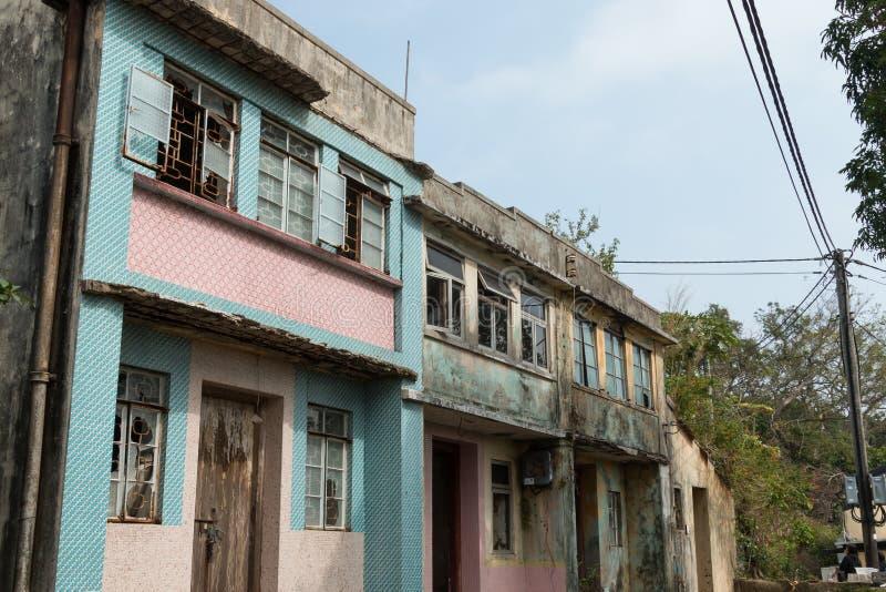 Crecido demasiado por naturaleza, hogares abandonados en Yim Tin Tsai, una isla en Sai Kung, Hong Kong foto de archivo