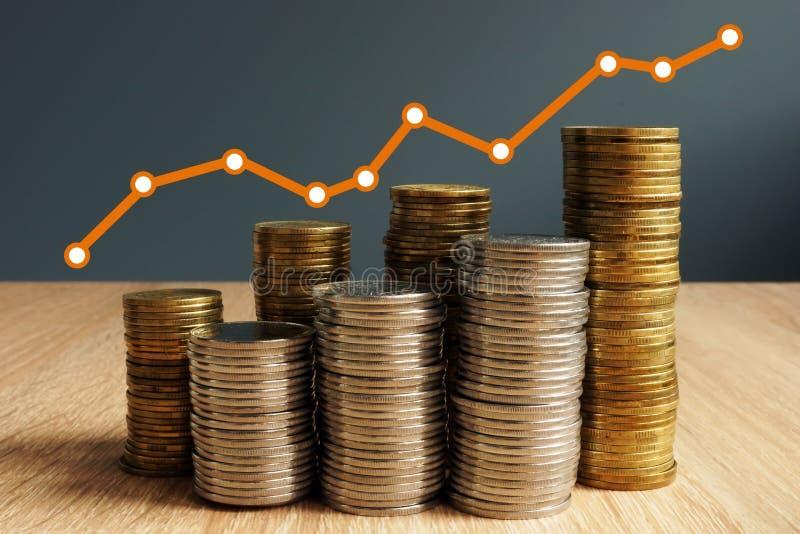 Crecimiento de la riqueza Aumento de las monedas y carta financiera Éxito de asunto foto de archivo libre de regalías