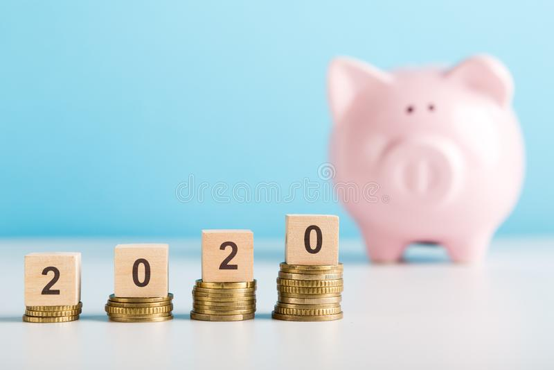 Crecimiento de los ahorros del dinero en los nuevo 2020 años para cada persona imagenes de archivo