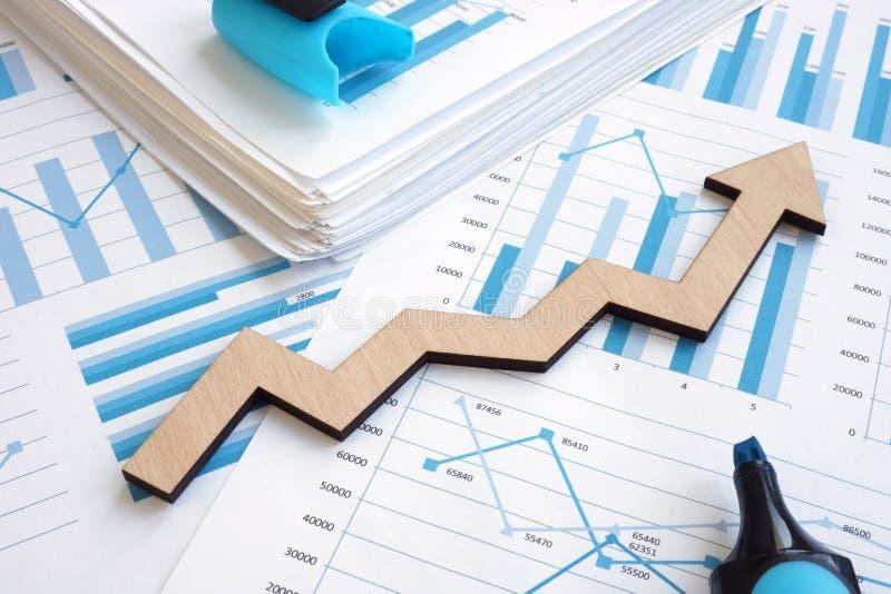 Crecimiento del asunto Informe financiero con los gráficos y la flecha fotografía de archivo