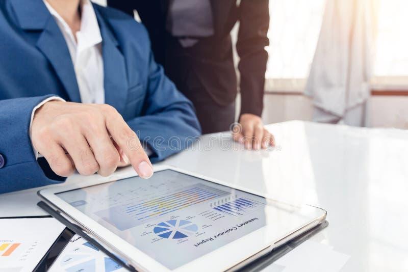 Crecimiento punteagudo ejecutivo del inversor el gráfico y discutiendo datos financieros del gráfico del plan mi equipo en la ofi imagen de archivo