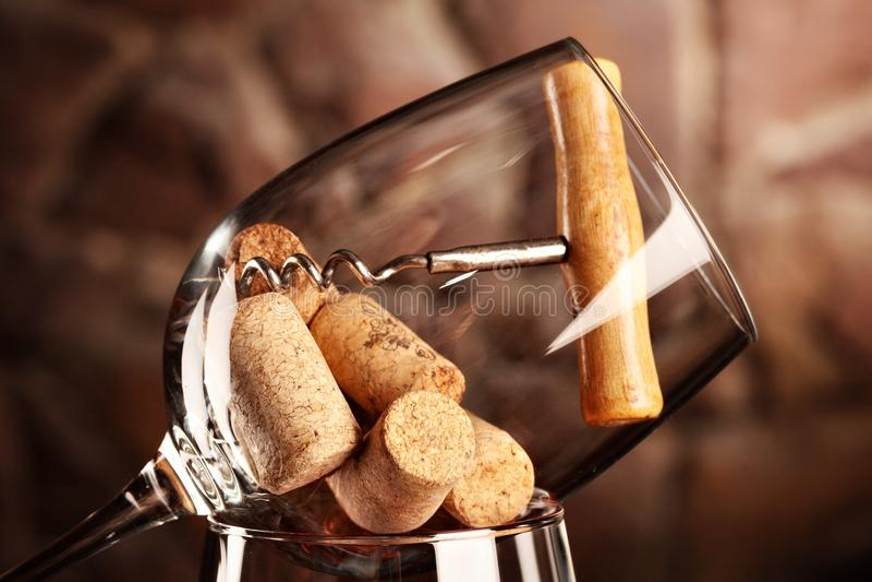 cRed wijn Creatief beeld Glas van rode wijn met glas met cork en kurketrekker op het Selectieve nadruk close-up royalty-vrije stock afbeelding