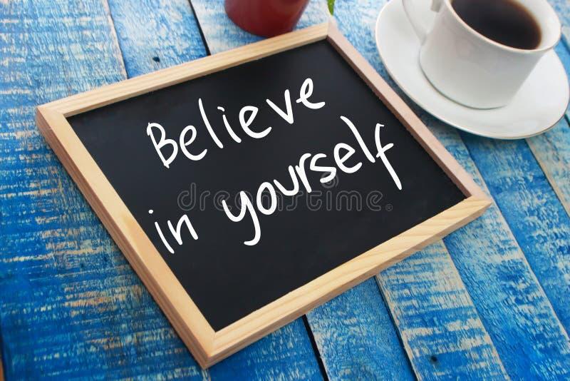 Credi in voi stesso Testo motivazionale fotografie stock libere da diritti