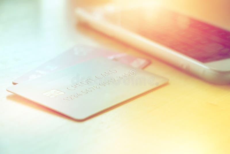 Creditcard die dichtbij smartphone op houten lijst liggen royalty-vrije stock afbeelding