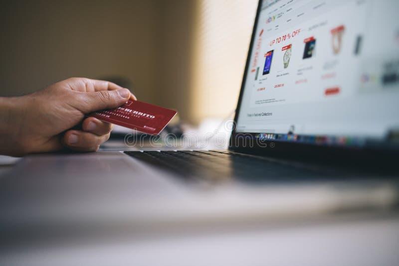 Creditcard en laptop computer stock foto