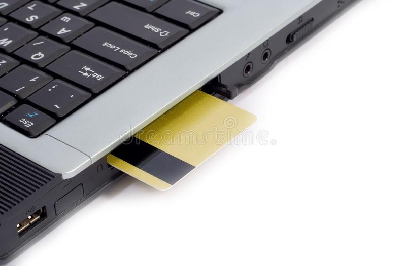 Creditcard in laptop wordt opgenomen die stock foto's