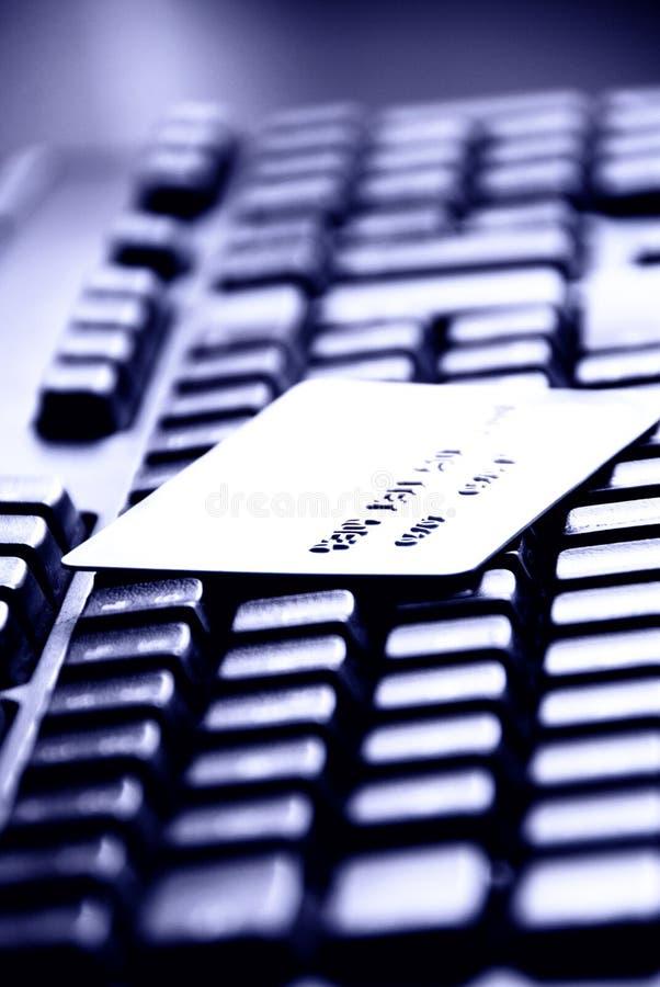Creditcard op een computertoetsenbord royalty-vrije stock afbeeldingen