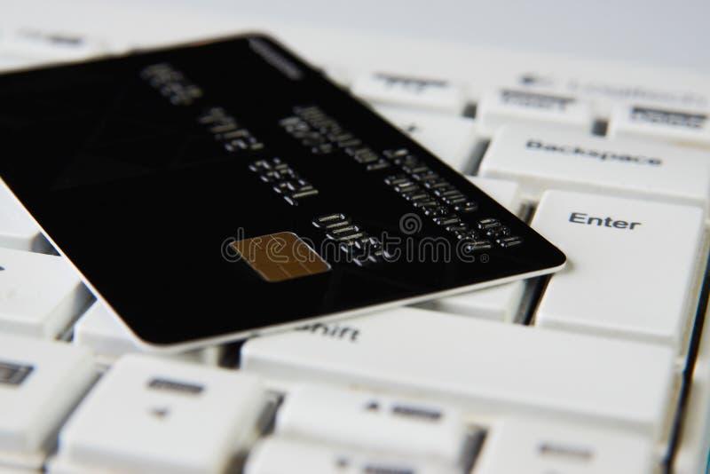 Creditcard op een computertoetsenbord, close-up Internet-aankoop royalty-vrije stock foto's