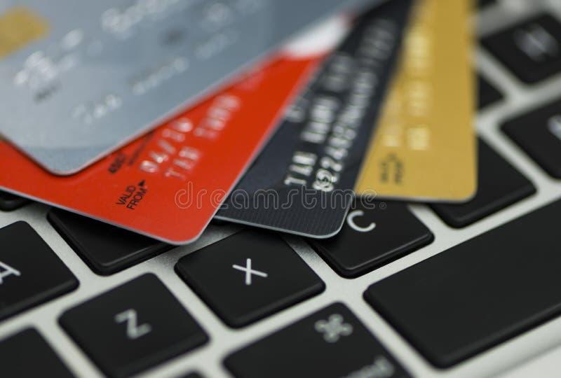Creditcard op laptop die, online winkelen stock foto's