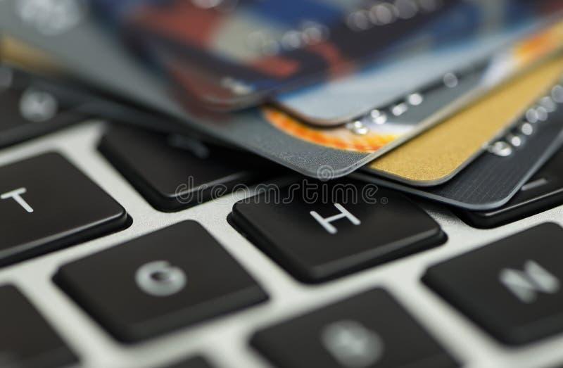 Creditcard op laptop die, online winkelen royalty-vrije stock foto's