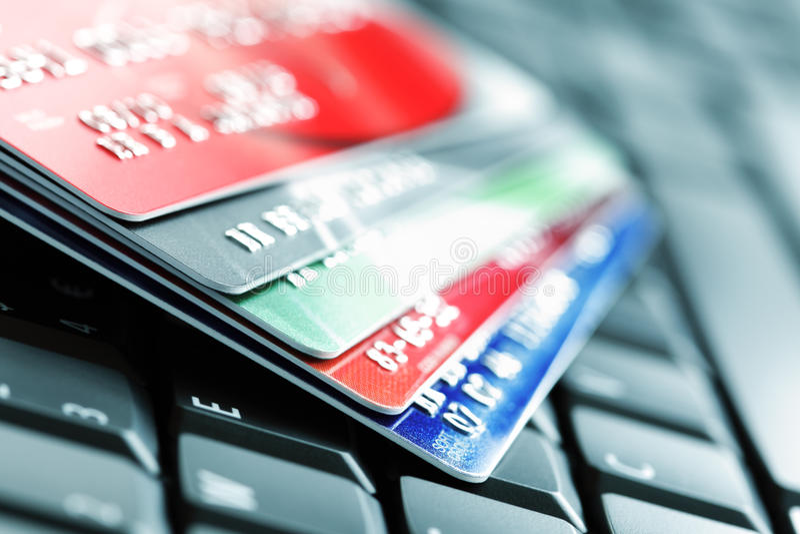 Creditcard op laptop toetsenbord royalty-vrije stock foto