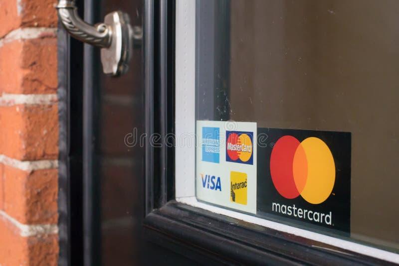 Creditcardteken bij de deur wordt gepost die royalty-vrije stock fotografie
