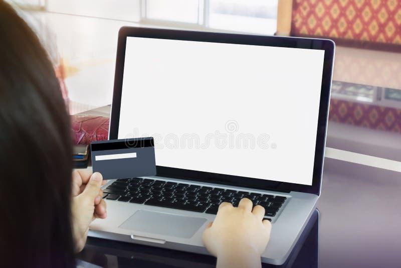 Credito o carta di debito della tenuta della mano della ragazza (donne) con la La dello schermo in bianco fotografia stock