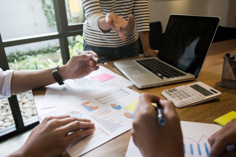 Cree el asunto Grupo de fundador ejecutivo joven en el café o de oficina moderna con el ordenador portátil de la pantalla en blan fotos de archivo libres de regalías