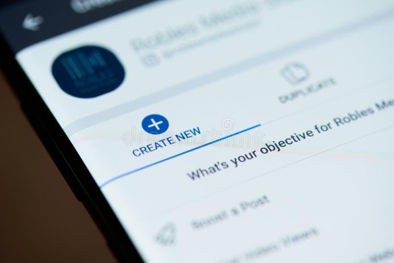 Cree la nueva publicidad para el facebook en la pantalla del smartphone fotos de archivo libres de regalías
