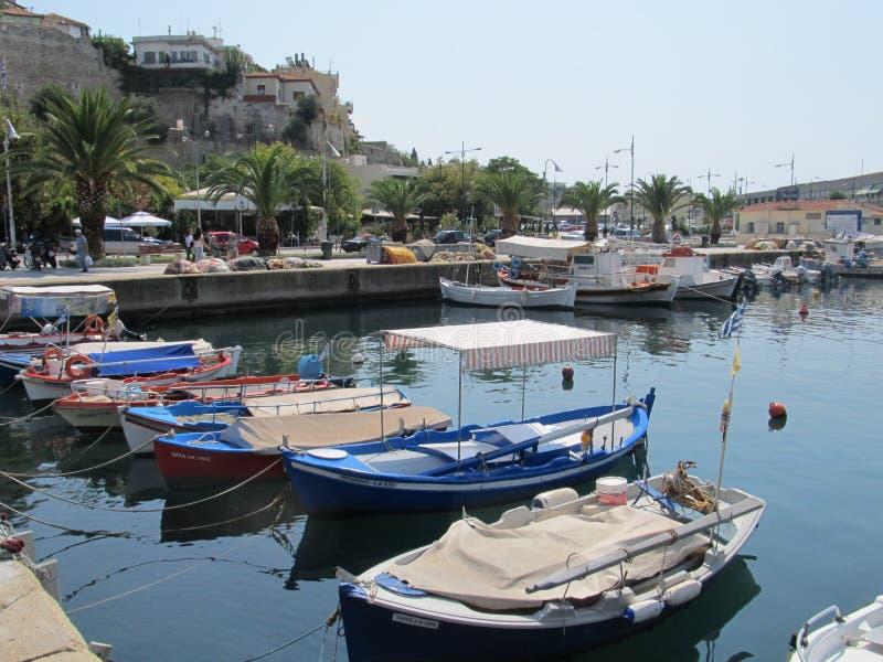 Creece, Kavala - Sertember 10, 2014 cityscape - Kleine Griekse die boten aan de kust worden vastgelegd royalty-vrije stock afbeelding