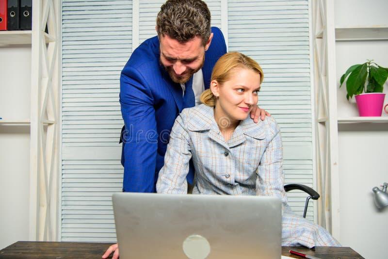 Creeer grotere veiligheid en vertrouwensseksuele intimidatie op het werk Man en vrouwencollega'sflirt in bureau Erken achtervolge royalty-vrije stock afbeelding