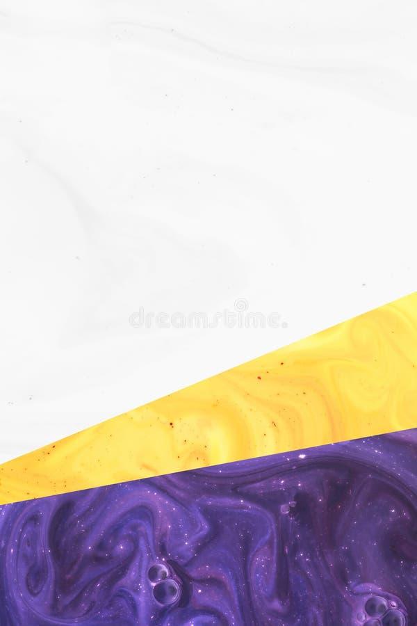 Creeer ontwerp met abstracte witte, gele en purpere verftextuur stock foto
