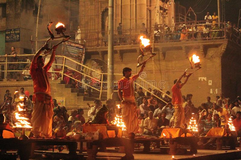 Creencias religiosas de Varanasi Arathi del ghat del deshwamedha Arathi diario imagen de archivo libre de regalías