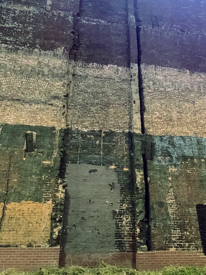 Creepy altes, verlassenes Gebäude mit Ziegelsteinen in der Innenstadt von Chicago Loop stockfotos