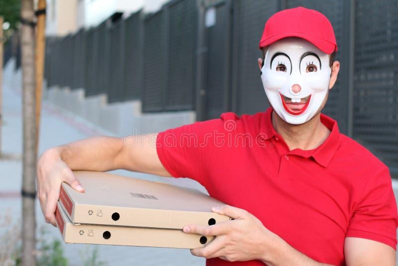 Creepy Pizza-Lieferant mit Maske lizenzfreies stockfoto