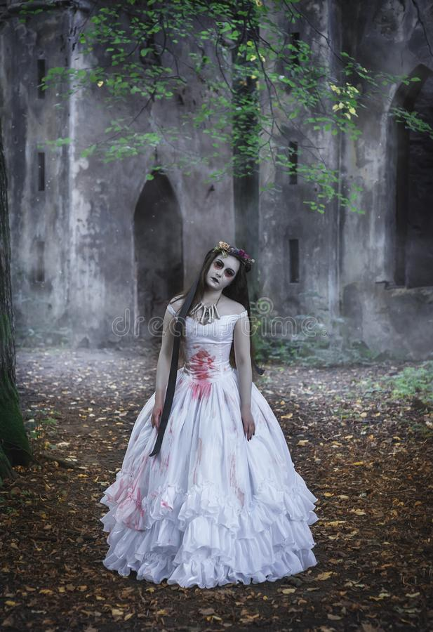 Creepy Tote Braut vor verlassener Burg Halloween-Szene lizenzfreies stockfoto
