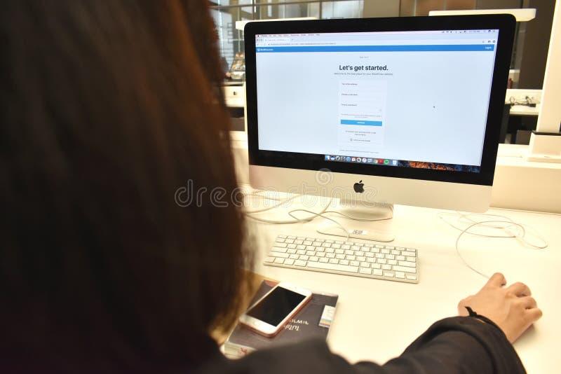 Crei il concetto del sito Web di WordPress, utente sono creano il sito Web dei wordpress attraverso il browser immagini stock
