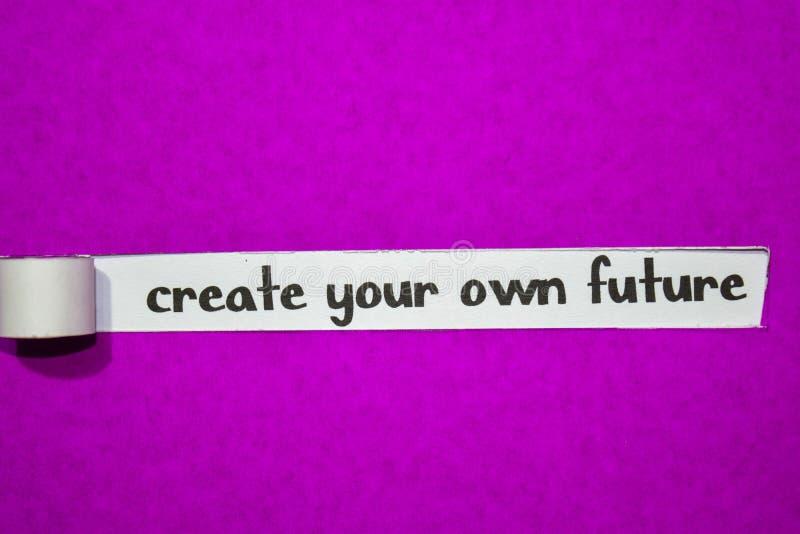 Crei il vostro proprio testo di futuro, il concetto di ispirazione, di motivazione e di affari su carta lacerata porpora fotografia stock