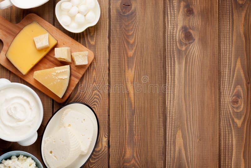 Crema agria, leche, queso, huevos, yogur y mantequilla imágenes de archivo libres de regalías