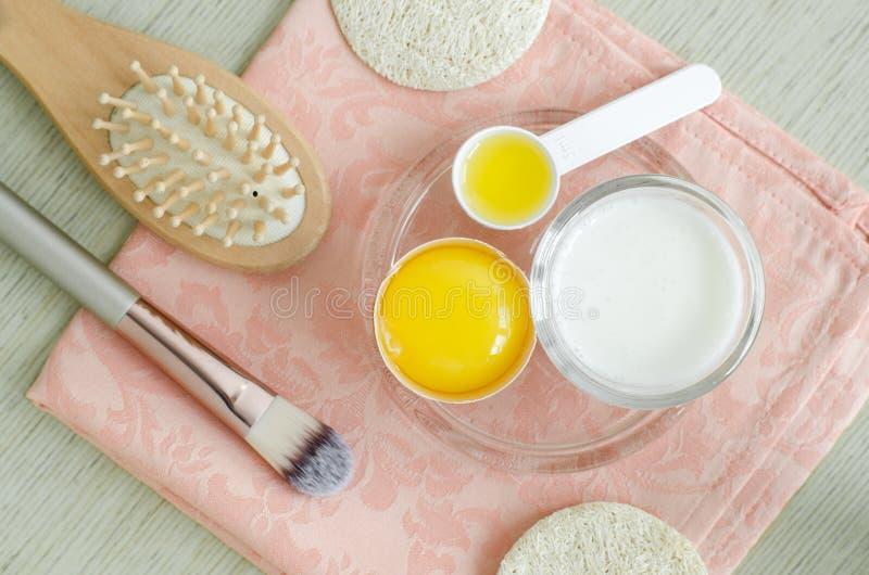 Crema agria o kéfir griego del yogur, huevo crudo y aceite de oliva Receta hecha en casa de los tratamientos de la belleza imagen de archivo