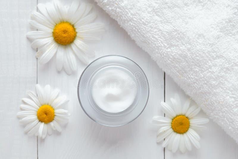 Crema anti cosmética de la arruga de la hierba con la loción del balneario de la vitamina de la manzanilla fotografía de archivo libre de regalías