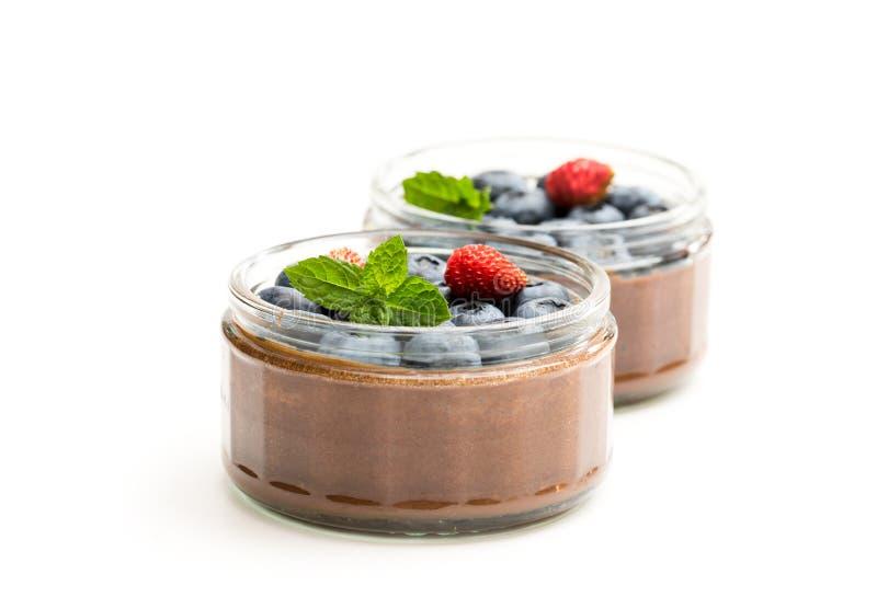 Crema batida de la almendra garapiñada del chocolate con las bayas aisladas en blanco fotografía de archivo libre de regalías