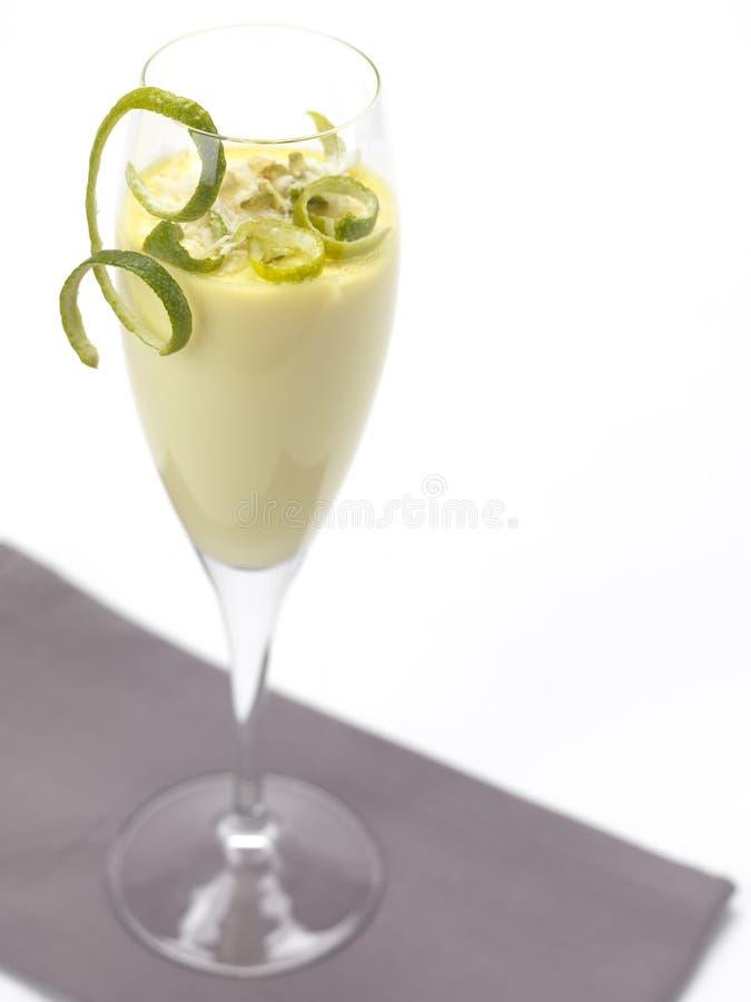 Crema batida del limón en un vidrio de flauta imagen de archivo