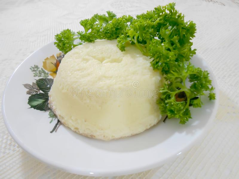 Crema casalinga guarnita prezzemolo dell'uovo fotografie stock