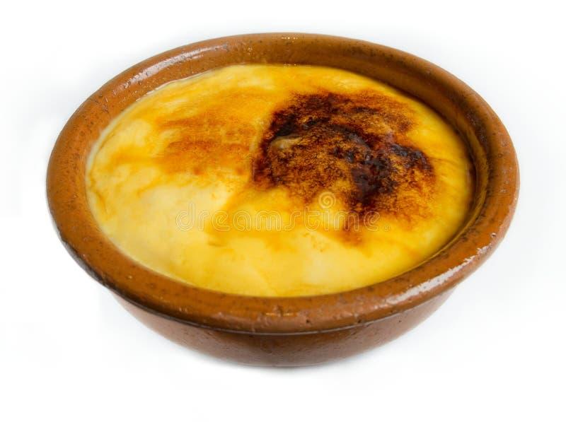 Crema Catalana o crème-brulée in ciotola rustica. Dessert tradizionale in Francia ed in Catalogna. immagini stock