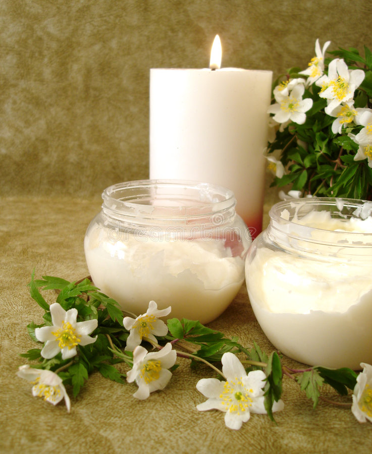 Crema con las flores blancas imagenes de archivo
