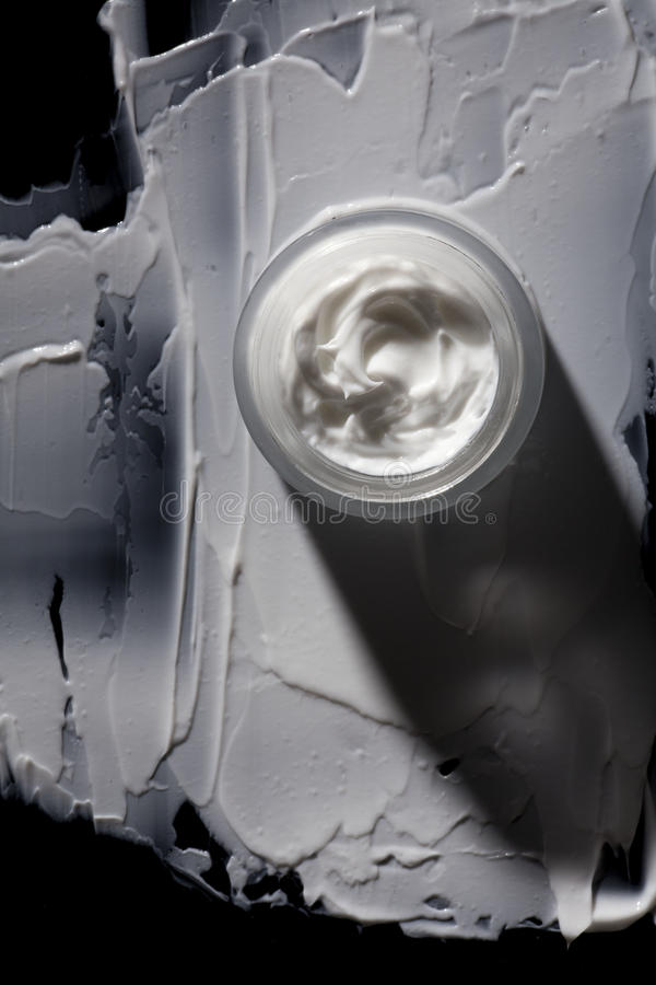 Crema cosmética blanca en tarro fotografía de archivo libre de regalías