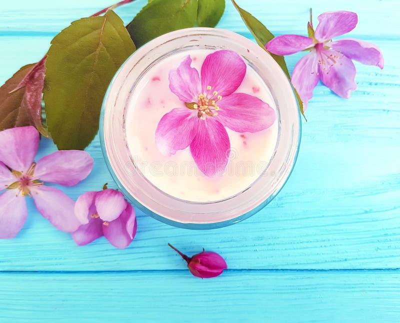 Crema cosmética, extracto de la flor de la crema hidratante de la magnolia en un fondo de madera libre illustration